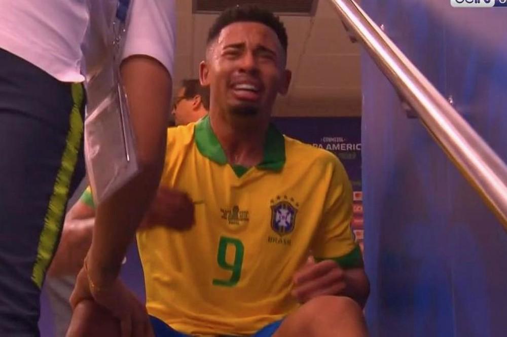 Ghi bàn, kiến tạo rồi ăn thẻ đỏ, tiền đạo Brazil sút tung chai nước, đẩy ngã màn hình VAR rồi khóc như trẻ con trong đường hầm - Ảnh 6.