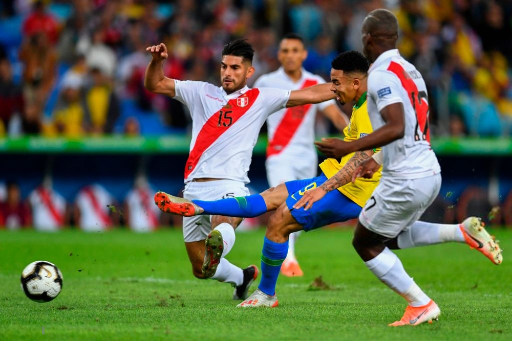Ghi bàn, kiến tạo rồi ăn thẻ đỏ, tiền đạo Brazil sút tung chai nước, đẩy ngã màn hình VAR rồi khóc như trẻ con trong đường hầm - Ảnh 7.