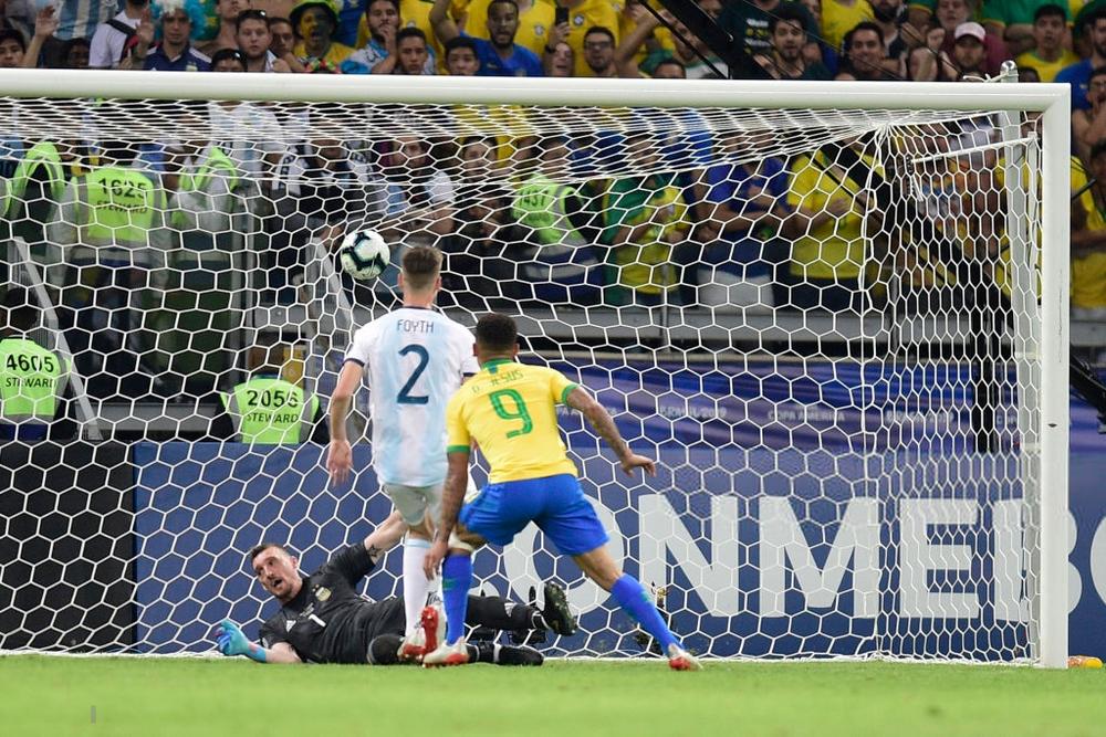 Ghi bàn, kiến tạo rồi ăn thẻ đỏ, tiền đạo Brazil sút tung chai nước, đẩy ngã màn hình VAR rồi khóc như trẻ con trong đường hầm - Ảnh 8.