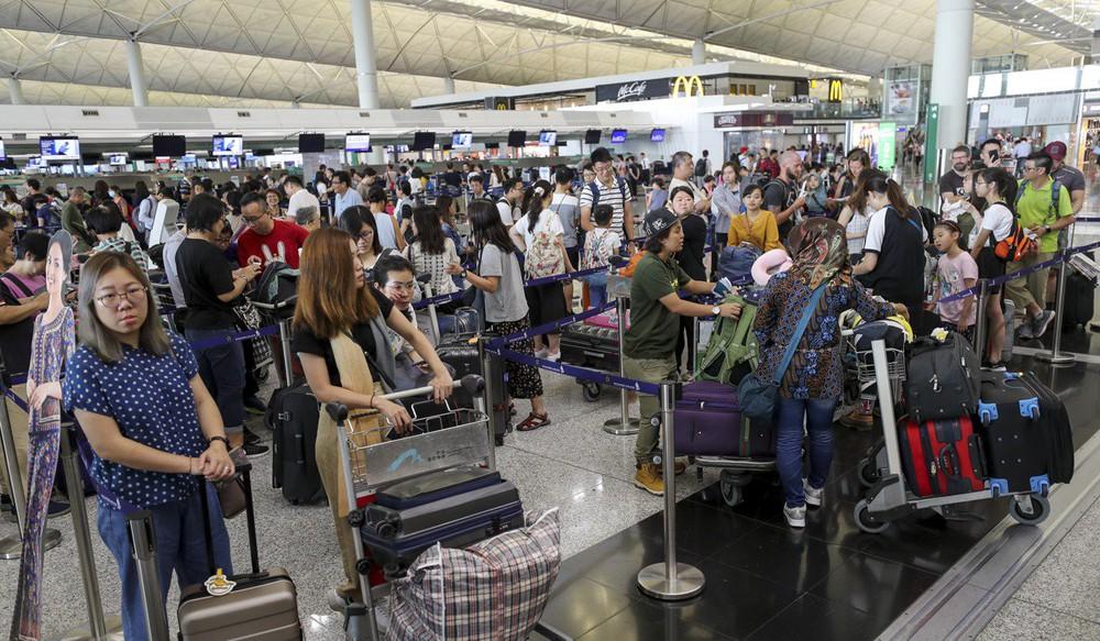 Hong Kong tiếp tục hủy hơn 300 chuyến bay, người biểu tình khẳng định sẽ còn quay lại - Ảnh 2.