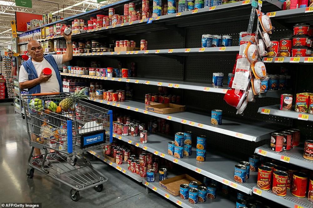 Bão quái vật Dorian sắp đổ bộ, dân Mỹ giằng chống nhà cửa, vét sạch siêu thị - Ảnh 7.