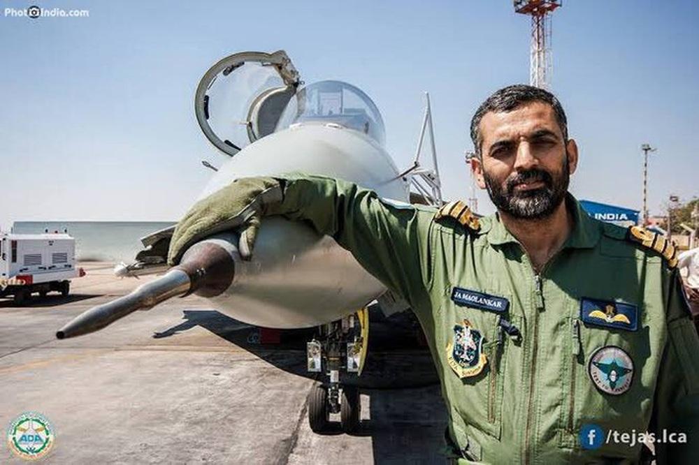 Tiêm kích nội địa hàng đầu của Ấn Độ Tejas hạ cánh xuống tàu sân bay - Ảnh 1.