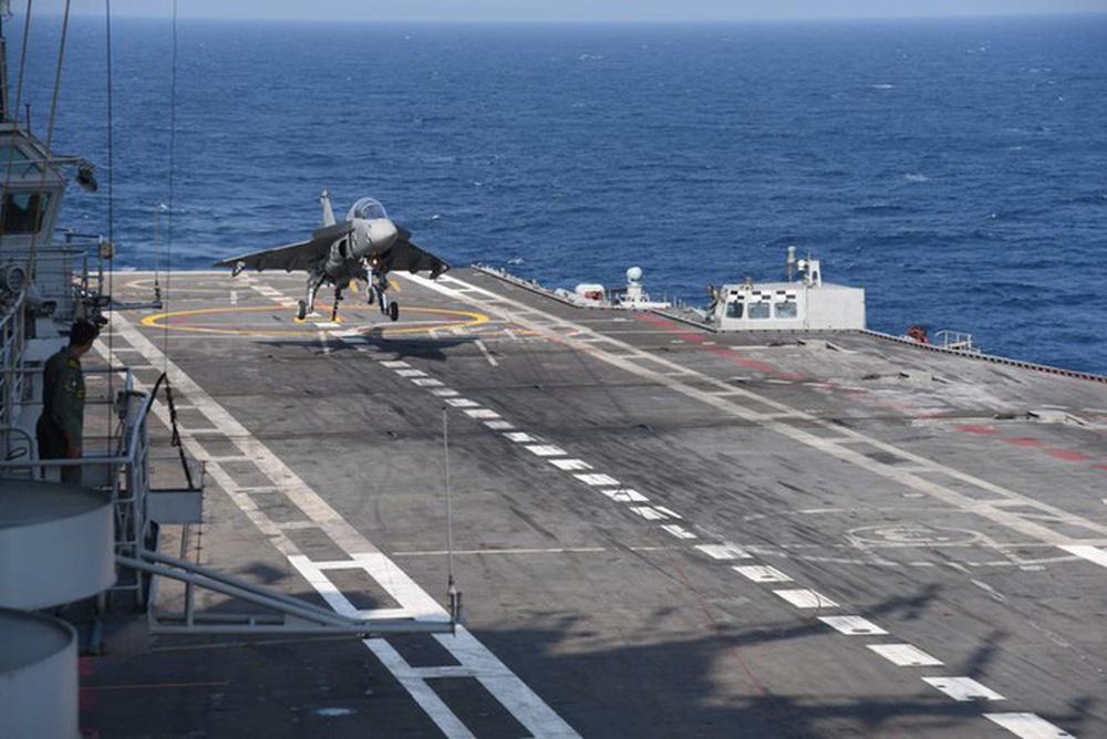 Tiêm kích nội địa hàng đầu của Ấn Độ Tejas hạ cánh xuống tàu sân bay - Ảnh 2.