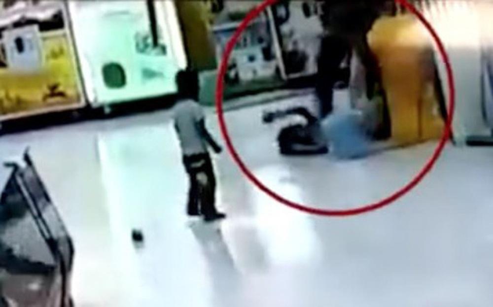 Bị bố lấy chổi đánh tới tấp ở siêu thị, phản ứng khó tin của bé gái và em trai khiến tất cả những người đứng chứng kiến đều nổi da gà - Ảnh 2.
