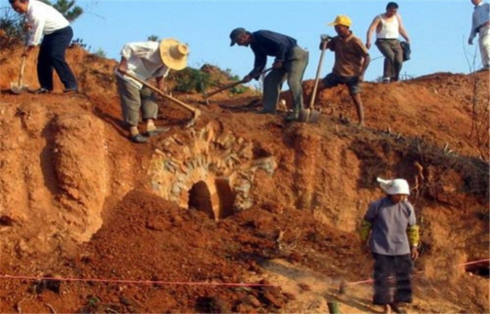 Truyền thuyết kỳ lạ chiếc quan tài vàng khai quật 10 năm nhưng chưa từng được mở ra - Ảnh 2.