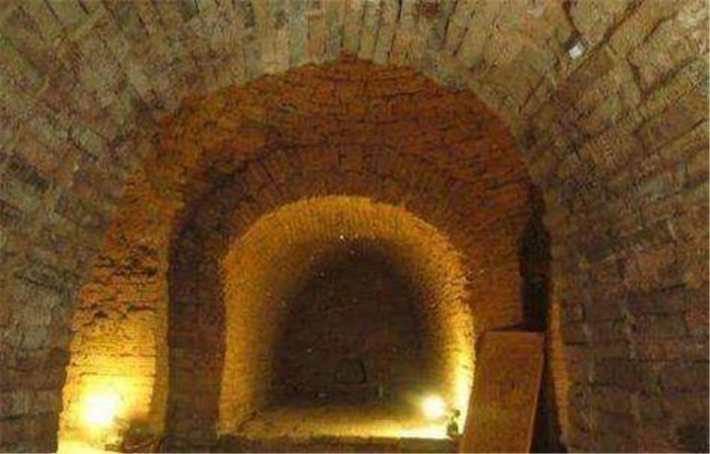 Truyền thuyết kỳ lạ chiếc quan tài vàng khai quật 10 năm nhưng chưa từng được mở ra - Ảnh 4.