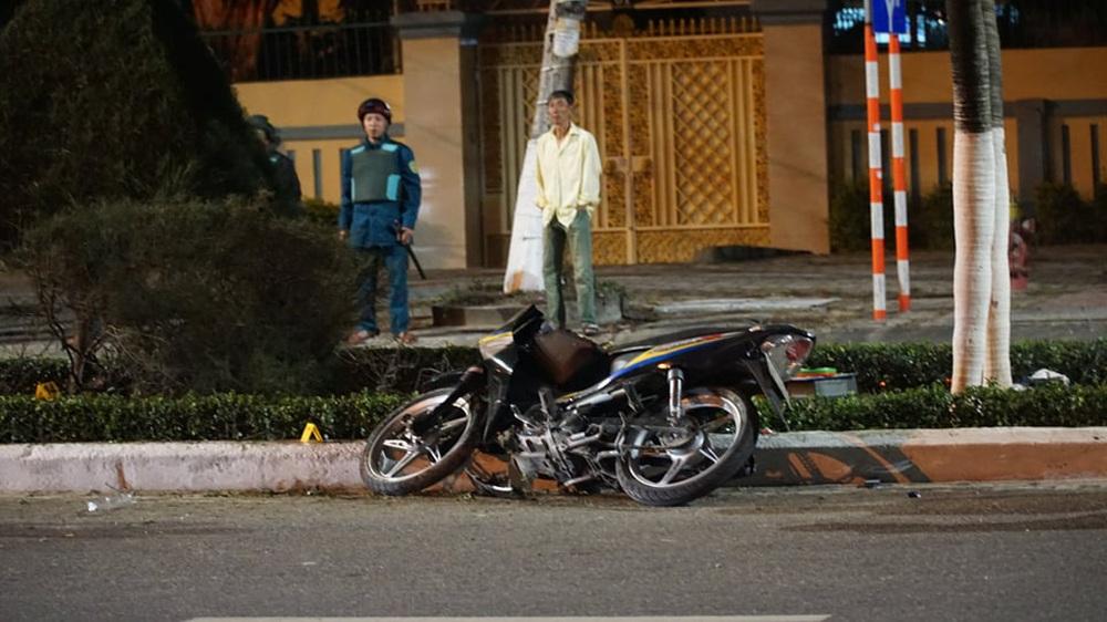 Xe máy chạy tốc độ cao, đâm bật gốc cây xanh khiến người điều khiển tử nạn - Ảnh 1.