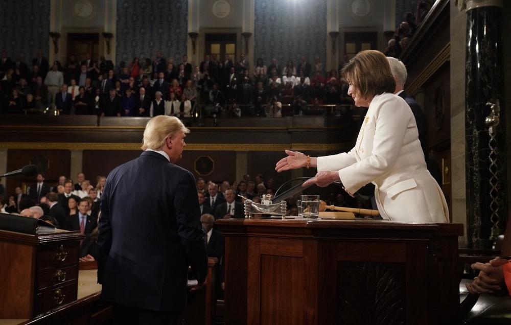Ông Trump vừa kết thúc phát biểu, bà Pelosi xé bản Thông điệp Liên bang trong tay mình - Ảnh 3.