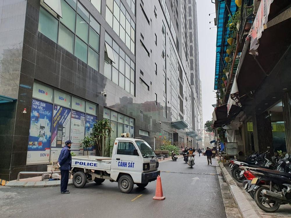 Hà Nội: Người phụ nữ rơi từ tầng cao chung cư xuống đất tử vong - Ảnh 1.