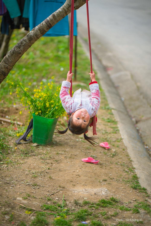 Khoảnh khắc cô bé Hà Giang nô đùa, cười rạng rỡ bên đường khiến bao người xao xuyến - Ảnh 2.