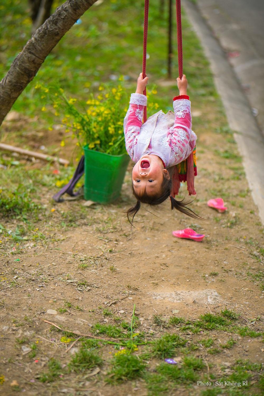 Khoảnh khắc cô bé Hà Giang nô đùa, cười rạng rỡ bên đường khiến bao người xao xuyến - Ảnh 4.
