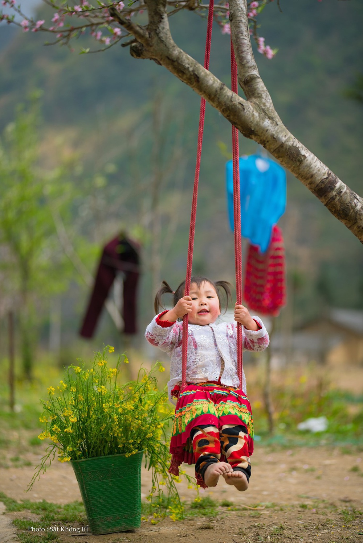 Khoảnh khắc cô bé Hà Giang nô đùa, cười rạng rỡ bên đường khiến bao người xao xuyến - Ảnh 5.