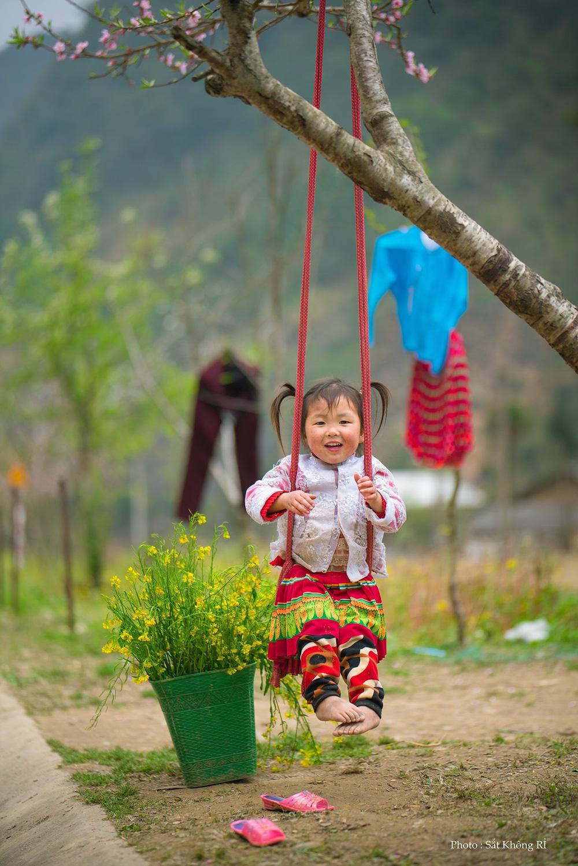 Khoảnh khắc cô bé Hà Giang nô đùa, cười rạng rỡ bên đường khiến bao người xao xuyến - Ảnh 6.