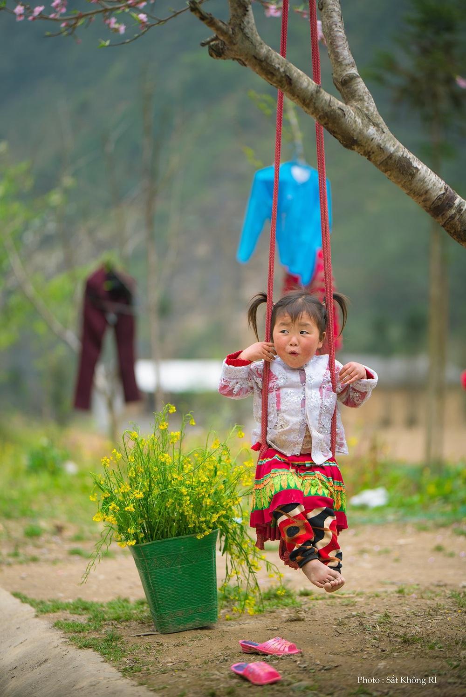 Khoảnh khắc cô bé Hà Giang nô đùa, cười rạng rỡ bên đường khiến bao người xao xuyến - Ảnh 7.