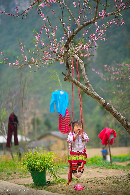 Khoảnh khắc cô bé Hà Giang nô đùa, cười rạng rỡ bên đường khiến bao người xao xuyến - Ảnh 8.