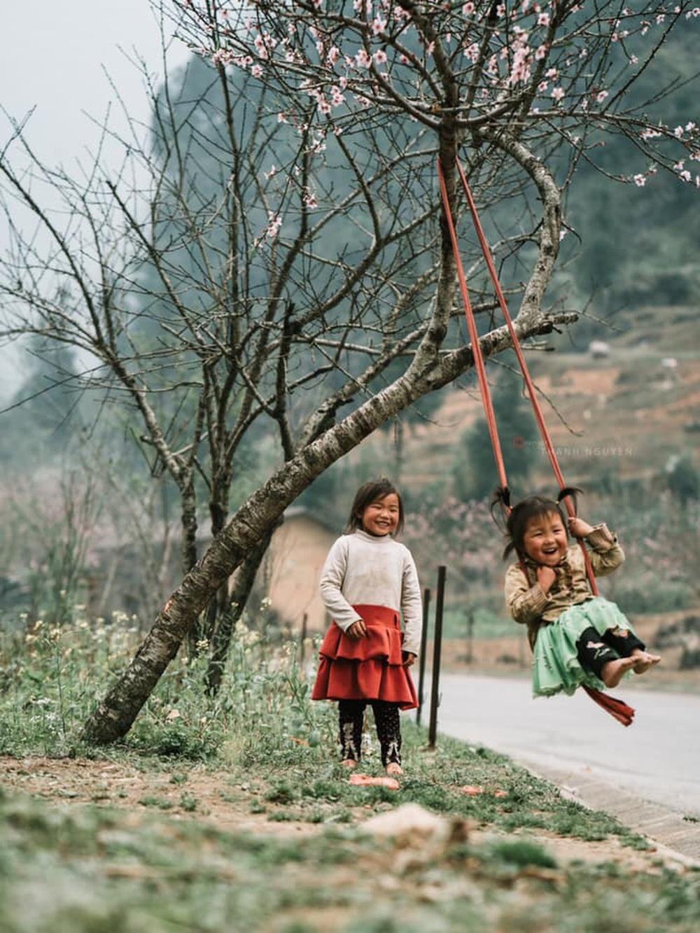 Khoảnh khắc cô bé Hà Giang nô đùa, cười rạng rỡ bên đường khiến bao người xao xuyến - Ảnh 9.