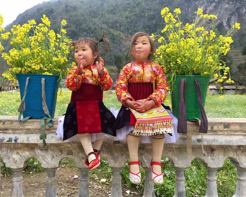 Khoảnh khắc cô bé Hà Giang nô đùa, cười rạng rỡ bên đường khiến bao người xao xuyến - Ảnh 10.