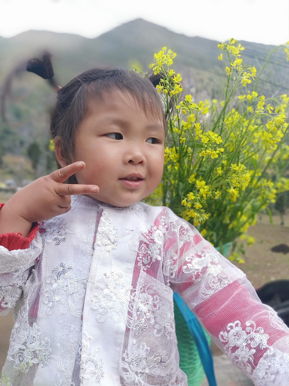 Khoảnh khắc cô bé Hà Giang nô đùa, cười rạng rỡ bên đường khiến bao người xao xuyến - Ảnh 11.
