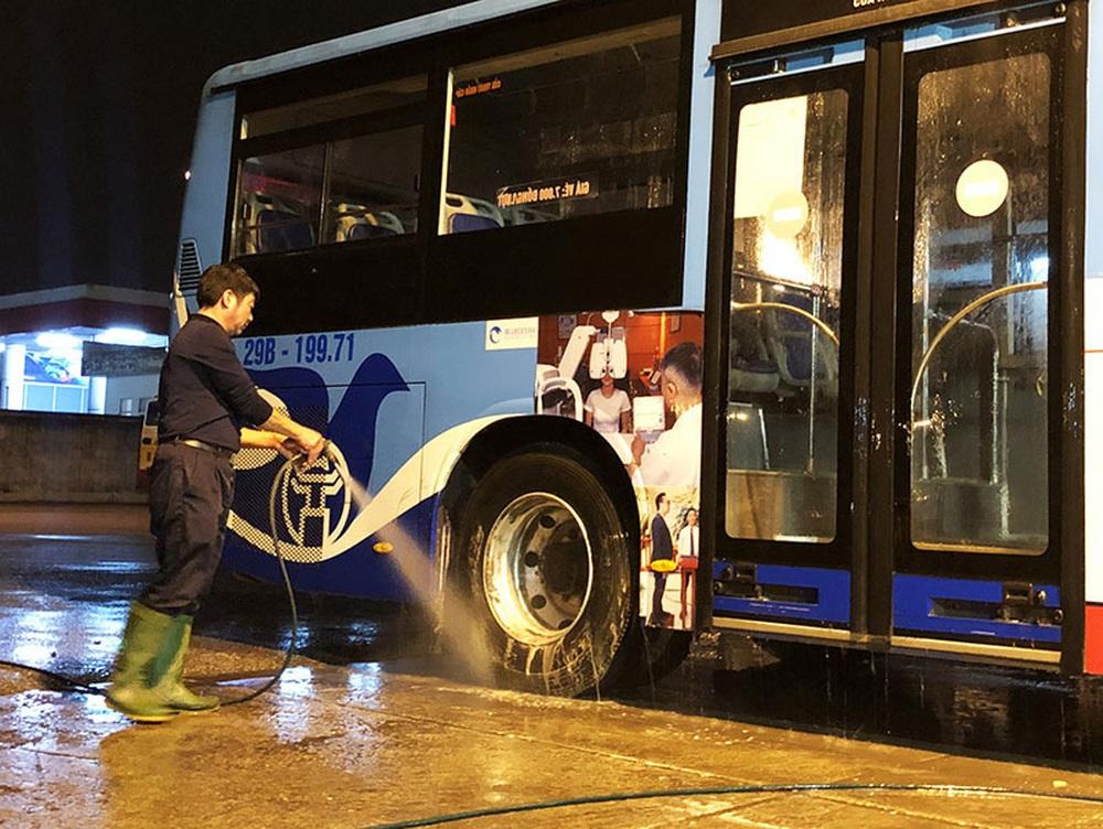 [Ảnh] Khử khuẩn, lau dọn xe buýt sau mỗi ca làm việc để phòng dịch Covid-19 - Ảnh 3.