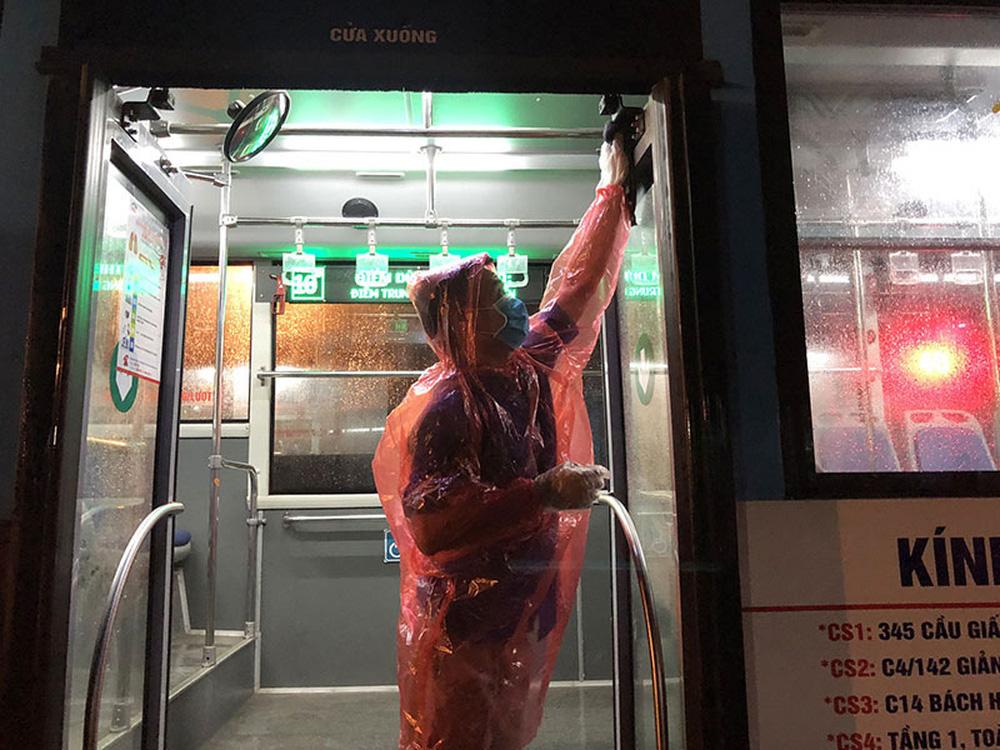 [Ảnh] Khử khuẩn, lau dọn xe buýt sau mỗi ca làm việc để phòng dịch Covid-19 - Ảnh 12.