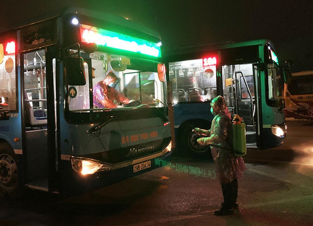 [Ảnh] Khử khuẩn, lau dọn xe buýt sau mỗi ca làm việc để phòng dịch Covid-19 - Ảnh 5.