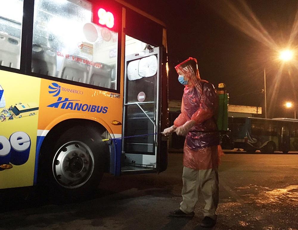 [Ảnh] Khử khuẩn, lau dọn xe buýt sau mỗi ca làm việc để phòng dịch Covid-19 - Ảnh 6.