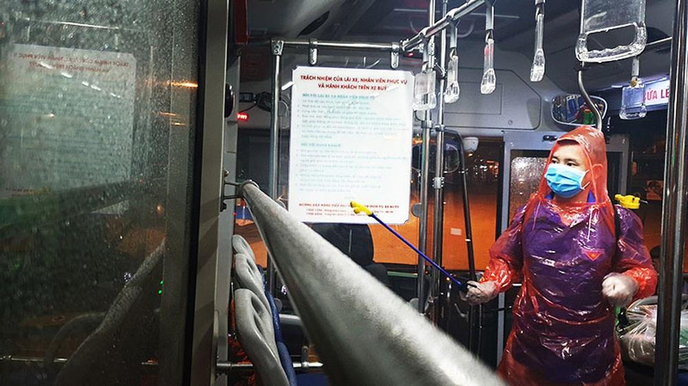 [Ảnh] Khử khuẩn, lau dọn xe buýt sau mỗi ca làm việc để phòng dịch Covid-19 - Ảnh 7.