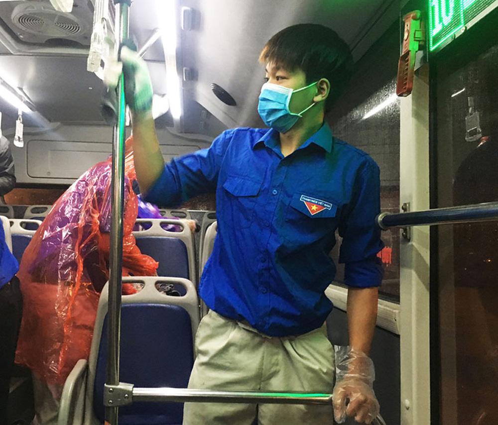 [Ảnh] Khử khuẩn, lau dọn xe buýt sau mỗi ca làm việc để phòng dịch Covid-19 - Ảnh 9.