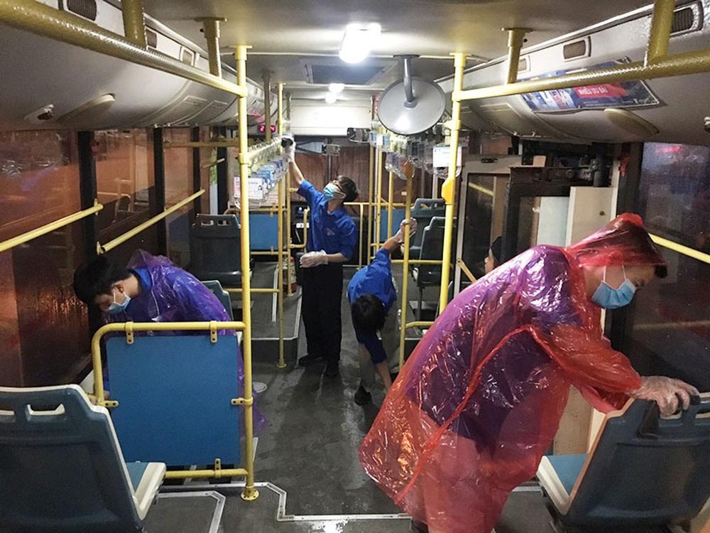 [Ảnh] Khử khuẩn, lau dọn xe buýt sau mỗi ca làm việc để phòng dịch Covid-19 - Ảnh 10.