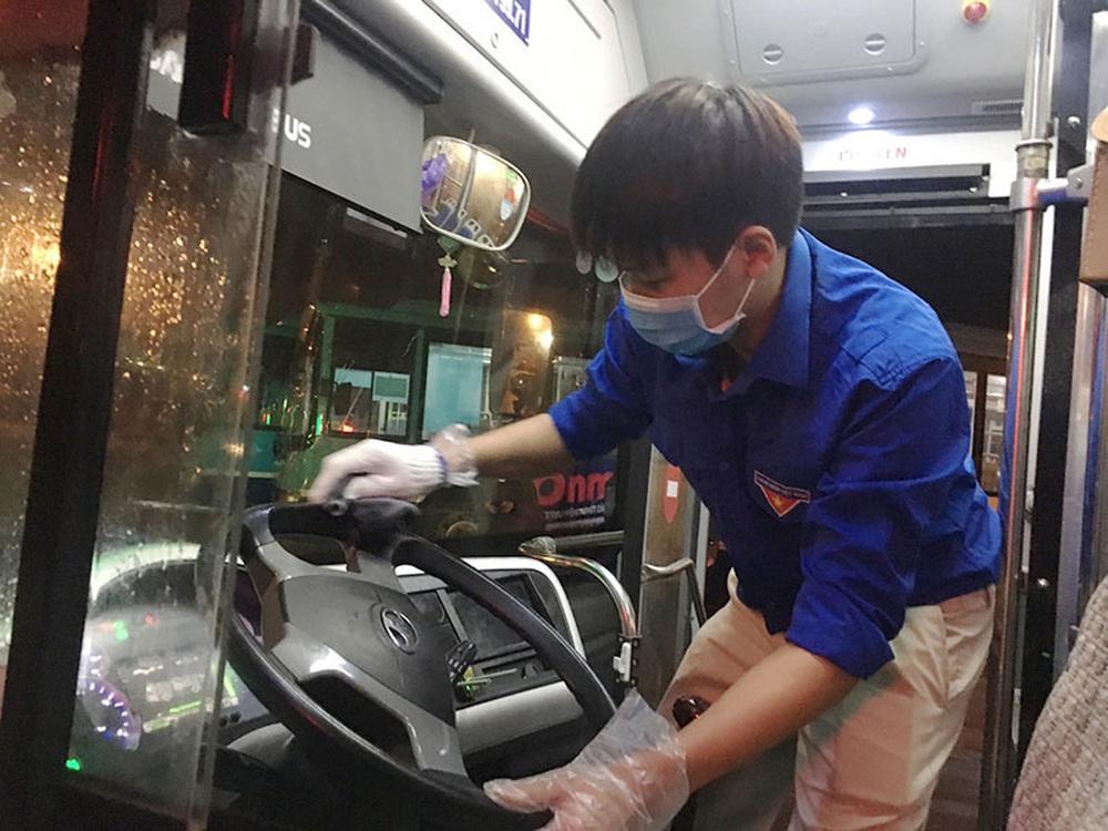 [Ảnh] Khử khuẩn, lau dọn xe buýt sau mỗi ca làm việc để phòng dịch Covid-19 - Ảnh 11.
