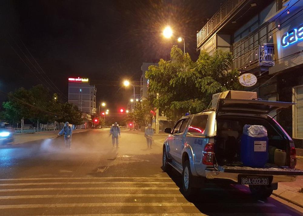 Cảm động những chiến binh khử khuẩn ở Bình Thuận - Ảnh 1.