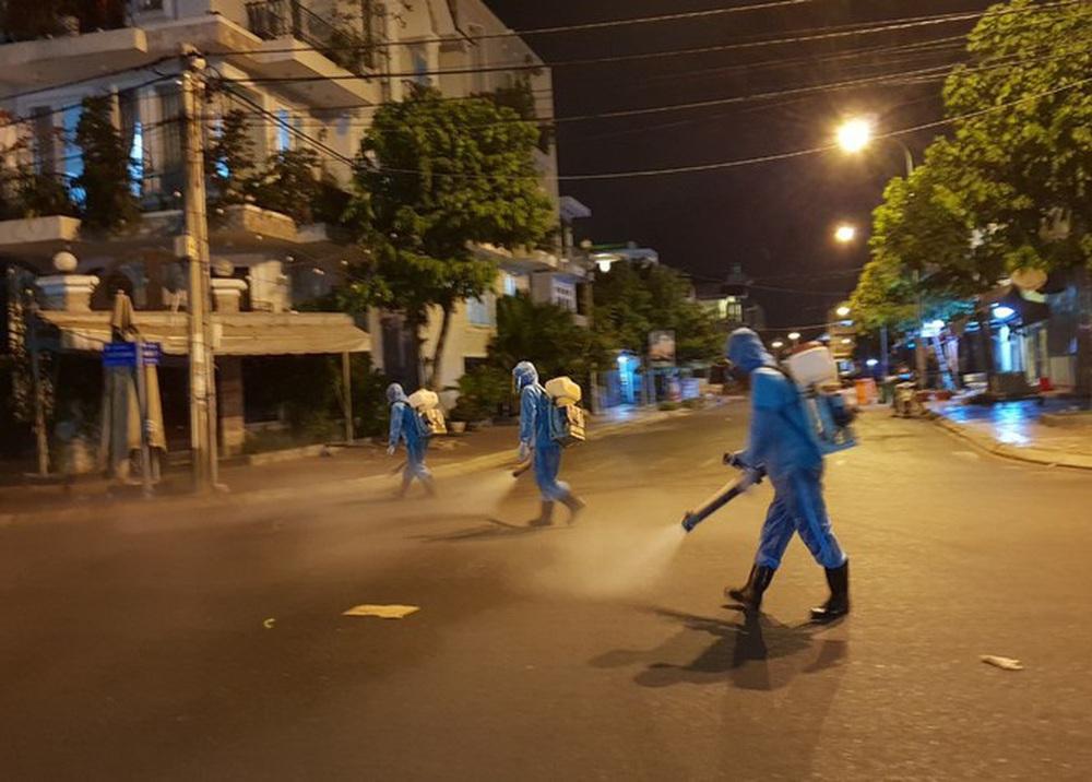 Cảm động những chiến binh khử khuẩn ở Bình Thuận - Ảnh 2.