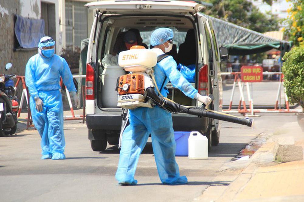 Cảm động những chiến binh khử khuẩn ở Bình Thuận - Ảnh 3.