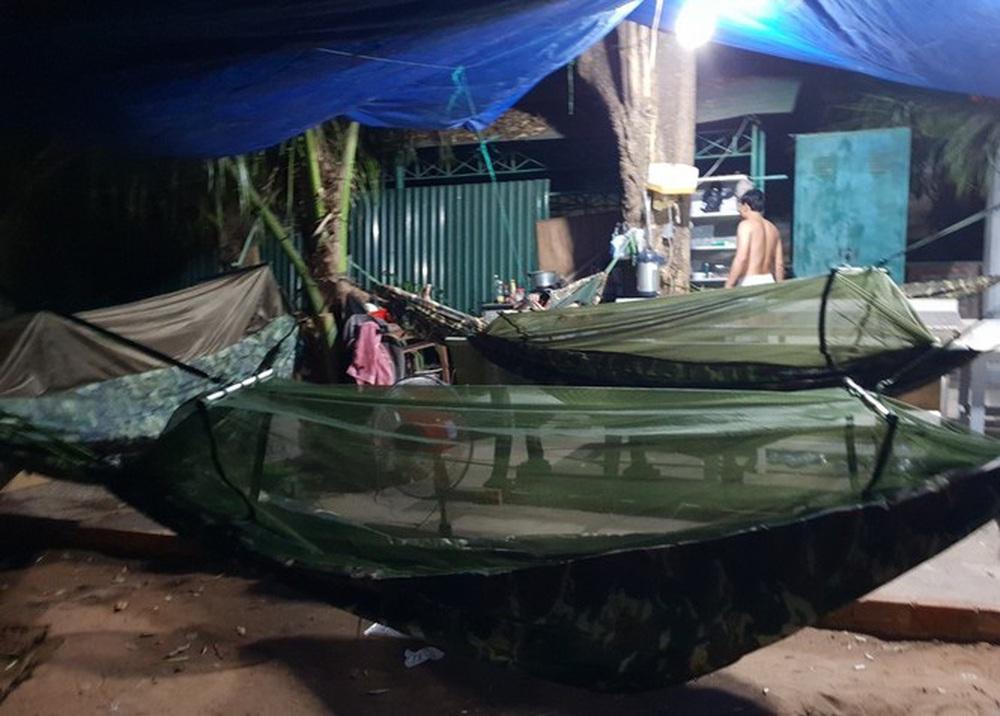 Cảm động những chiến binh khử khuẩn ở Bình Thuận - Ảnh 6.
