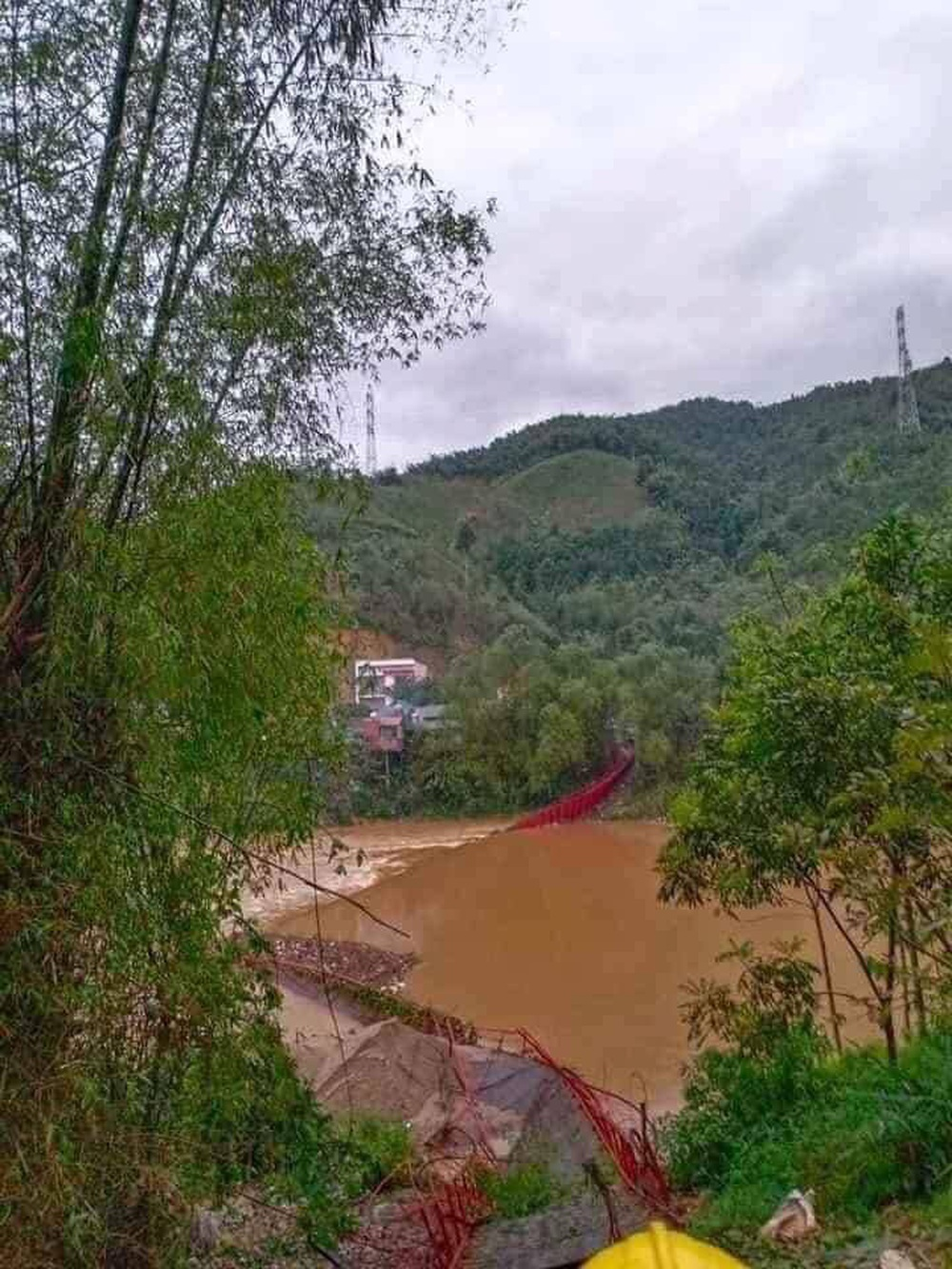 Mưa đá lại trút xuống Lào Cai quật đứt cầu treo, 1 người bị sét đánh chết - Ảnh 2.