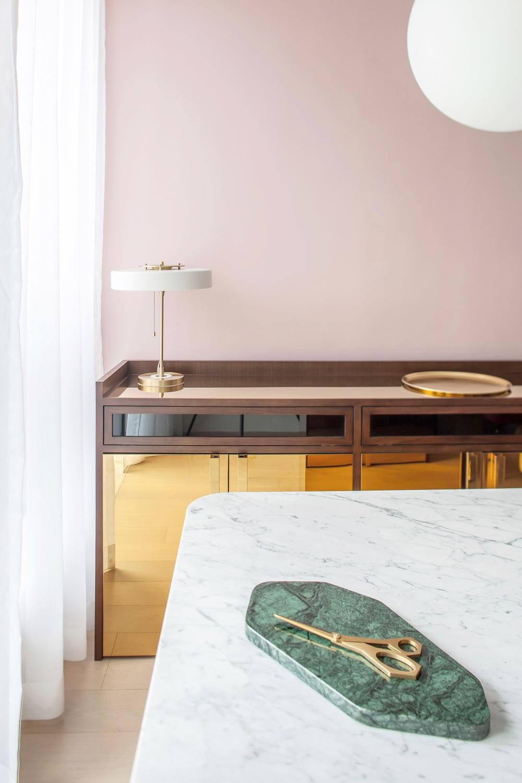 Từ nhàm chán nhạt nhẽo, căn hộ 46m² đã được lột xác với tường và đồ nội thất có màu rực rỡ - Ảnh 4.