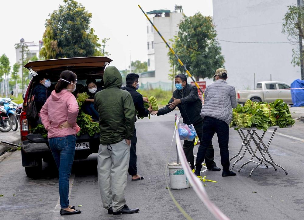 [Ảnh] Tiếp tế 350kg rau cho khu chung cư gần 1000 dân bị cách ly do có người mắc Covid-19 - Ảnh 3.