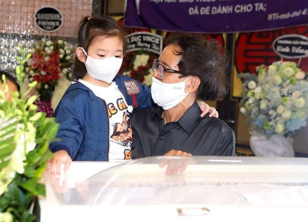Đứng bên di ảnh của mẹ, con gái Mai Phương ngơ ngác hỏi ông ngoại 1 câu khiến ai nấy không kìm được nước mắt - Ảnh 1.