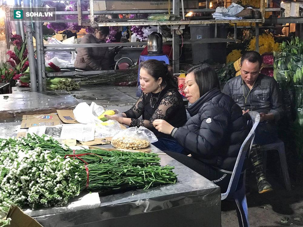 Doanh thu giảm 80%, tiểu thương chợ hoa Quảng An chỉ dám nhập cầm chừng - Ảnh 2.