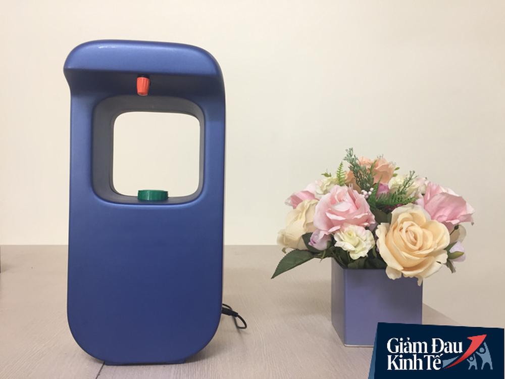 Nằm viện điều trị Covid-19, giảng viên ĐH Bách khoa sáng chế máy rửa tay, giá chỉ bằng 1/3 sản phẩm nhập ngoại - Ảnh 2.