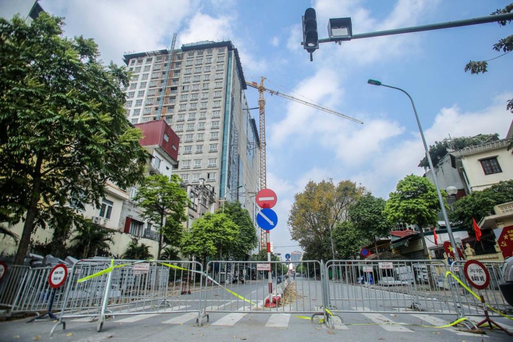 Cận cảnh phá dỡ tầng 18 tòa nhà 8B Lê Trực - Ảnh 2.