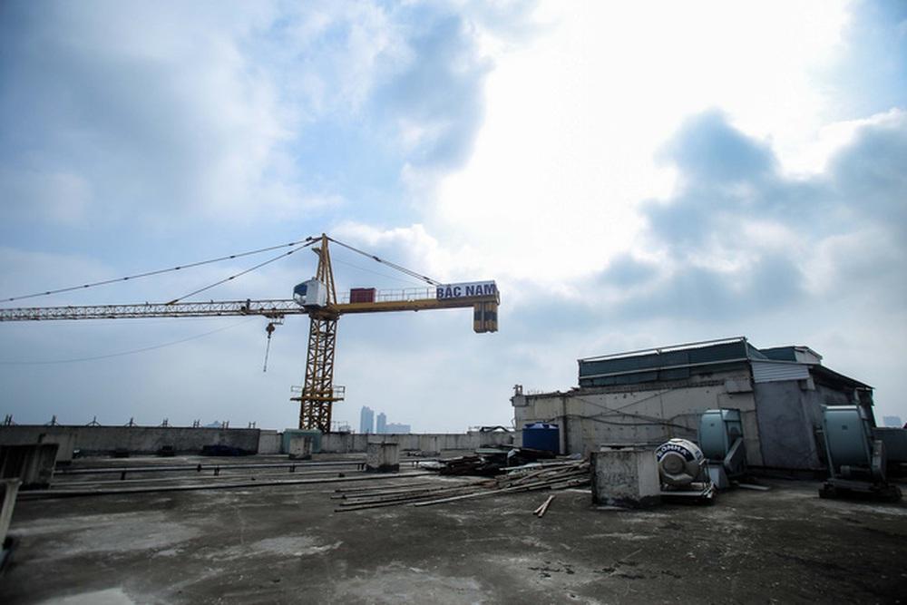 Cận cảnh phá dỡ tầng 18 tòa nhà 8B Lê Trực - Ảnh 3.