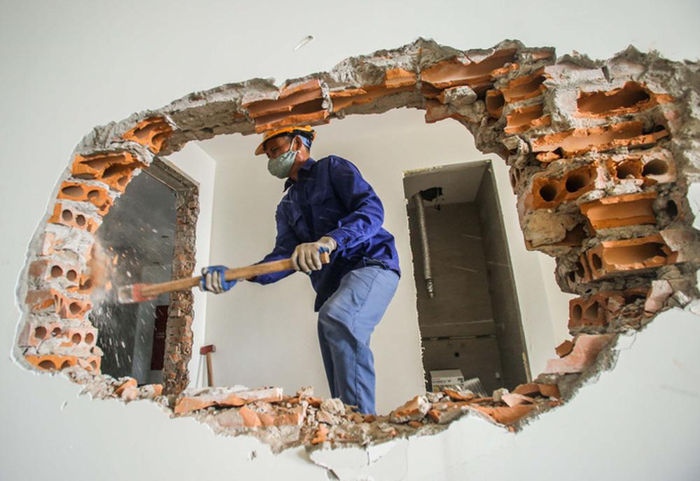 Cận cảnh phá dỡ tầng 18 tòa nhà 8B Lê Trực - Ảnh 12.