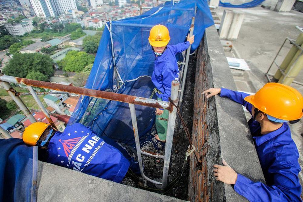 Cận cảnh phá dỡ tầng 18 tòa nhà 8B Lê Trực - Ảnh 14.