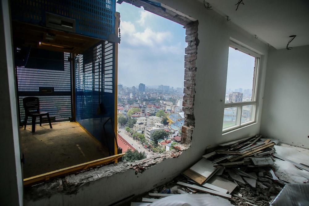 Cận cảnh phá dỡ tầng 18 tòa nhà 8B Lê Trực - Ảnh 10.