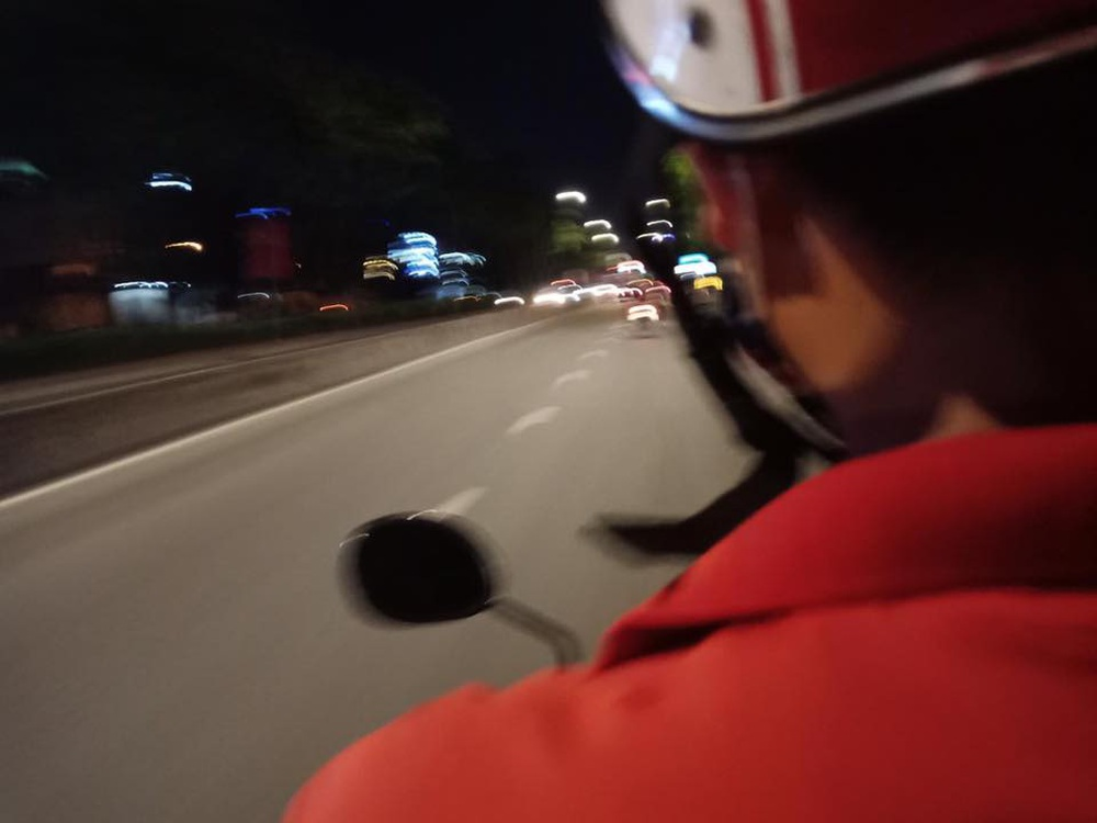 Đi bộ về nhà, cô gái gặp được tài xế xe ôm tốt bụng, câu chuyện sau đó thực sự cảm động - Ảnh 1.