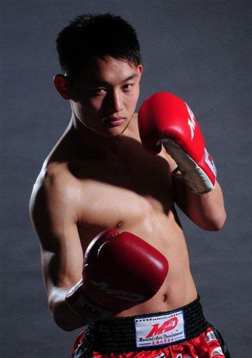 """Bị chọc tức, địch thủ của Từ Hiểu Đông trút """"cơn mưa đòn"""" vào mặt nhà vô địch Muay Thái - Ảnh 2."""