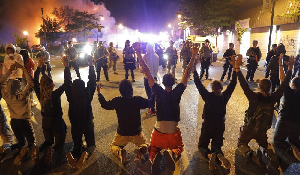Mỹ đỏ lửa vì biểu tình, Trung Quốc đưa tin dồn dập kèm lời đá xoáy: Khung cảnh đẹp! - Ảnh 2.