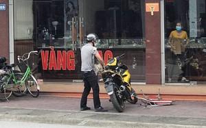 Con gái chủ tiệm vàng kể lại thời điểm cầm ghế ném tên cướp đang cầm súng - ảnh 1
