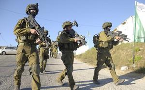 Binh sĩ, máy ủi Israel sẵn sàng phá nhà của hàng trăm người Palestine - ảnh 1